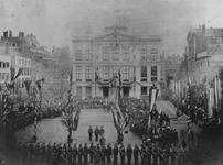 XXXIII-79 Vaandeluitreiking aan het corps Rotterdamse vrijwilligers op het Van Hogendorpsplein.