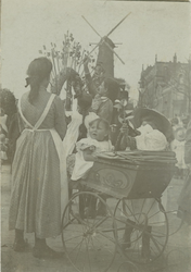 XXXIV-29-01-2 Vrouwen en kinderen op de hoek Coolsingel - Van Hogendorpsplein, tijdens de bloemenmarkt op Pinksterdrie.
