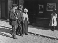 XXXIV-30-8 Mensen in de Bagijnenstraat, ter hoogte van nr. 6b, het adres van het café van J.W.P. Koks.