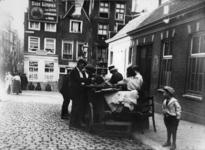 XXXIV-32 Mosselverkoopster op de Korte Hoogstraat. Op de achtergrond de Sint-Laurensstraat.