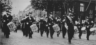 XXXIV-45-01-04 Mariniers met marsmuziek over de Oudedijk.