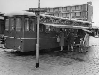 XXXIV-64-01 Mobiel postkantoor in de Van Bilderbeekplaats,ter (vakantie)vervanging van een winkelier van een in een ...