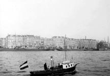 XXXIV-66 Het bootje van de havendokter op de Nieuwe Maas, bij de Prins Hendrikkade.