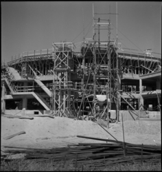 1082 De bouw van het Bouwcentrum aan de Diergaardesingel.