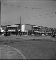 1090 Noodwinkels aan de Statenweg links en de Bentincklaan rechts, met o.a. warenhuis Hema.
