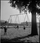 1112 Kinderen spelen in een speeltuin bij de 2e Katendrechtsehaven. Rechts de loods van Heinrich Hanno & Co.