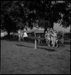 1113 Kinderen spelen in een speeltuin bij de 2e Katendrechtsehaven en de Basaltstraat.