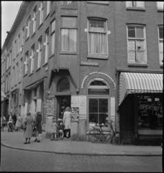 1139 Winkelend publiek bij vishandel D. van Baarlen-Soek aan de Crooswijkseweg 162 en hoek Oudaenstraat.
