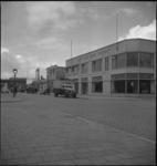 1162 De Zomerhofstraat met het bedrijfspand Dan. Van der Poort C.V., Technische Handelsonderneming. Op de voorgrond de ...