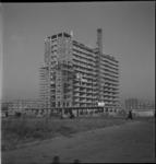 1651 Bouw van het flatgebouw Zuidplein aan het Zuidplein, links de Pleinweg.