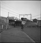 1743 De Bergweg met twee fietsers vanonder het spoorviaduct bij station Noord, in de volksmond het 'Muizengaatje' ...