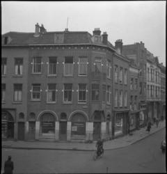1824 Hoekpand aan de Oudaenstraat, dat op het punt staat om gesloopt te worden. Een aanplakbiljet op de ruit meldt dat ...