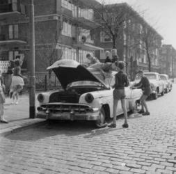 18870 Kinderen op en rond een achtergelaten autowrak in de Vroesenlaan.