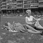 19149 Zonnende en rokende dames op het grasveld tussen de Lijnbaanflats