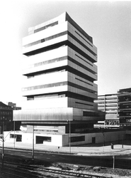 2004-5361 Schiekade hoek van de Heer Bokelweg met Akragontoren, een onderdeel van de Technikon scholen.
