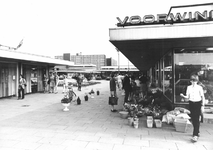 2004-6392 Het Jacob van Campenplein met winkelcentrum.