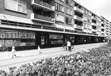 2004-6393 Het Jacob van Campenplein met winkelcentrum.
