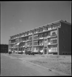2050 Woonblok met portiekwoningen aan de Vredenoordlaan, op de achtergrond de Boezemkade. Op straat een geparkeerde ...