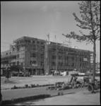 2062 Bouw van woningen met winkels aan de Stadhoudersweg, op de voorgrond wordt de straat aangelegd.