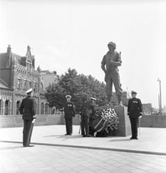 22182 Prins Bernhard legt een krans bij het mariniers monument aan het Oostplein.