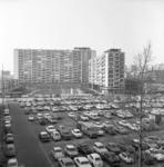 23995 Parkeerplaats ten zuiden van de Van Oldenbarneveldstraat met de Lijnbaanflats op de achtergrond.