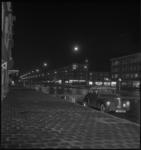 2492 Nachtopname van de Pleinweg, in het midden het warenhuis van Vroom & Dreesmann.