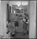 2605 Kinderen lezen een boek of komen een boek lenen in de Bibliotheek in het Sociaal Cultureel Centrum Zuidplein aan ...