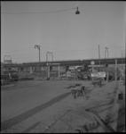 2818 Parkeerterrein aan de Sint-Jacobsplaats bij een opengebroken straat voorbij de Oppert, met op de achtergrond het ...