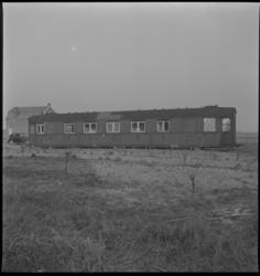 2854 Een oud treinstel in gebruik als noodwoning aan de Reedijk, midden in het weiland. Links op de achtergrond een ...
