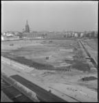 3254 Werkzaamheden in het Museumpark voor de tentoonstelling Rotterdam Ahoy aan de Wytemaweg. Op de achtergrond de ...