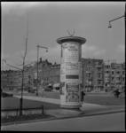 3307 Een reclamezuil aan de 's-Gravendijkwal, links de Rochussenstraat.