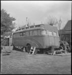 3418 Een oude bus in gebruik als noodwoonwagen aan de Kleiweg 461.