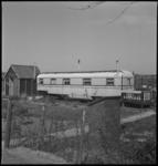 3422 Noodwoonwagen op het terrein van de Aannemingsbedrijf van Gool en Moerland aan de Kleiweg 480.