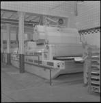 3627 Interieur van de broodfabriek van de Vooruitgang aan de Nieuwe Binnenweg 373.