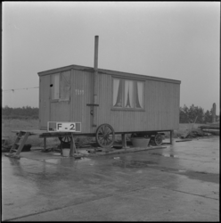 4008 Een woonwagen doet dienst als noodwoning aan de Reedijk.