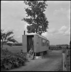 4059 Een jonge bewoner bij zijn noodwoning aan de Charloisse Lagedijk.