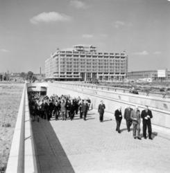 7022 De Weenatunnel aan het Weena. Op de achtergrond het Groothandelsgebouw.