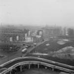 9932 De afrit van het Groothandelsgebouw met een blik op Rotterdam West. Bussen op het Weena met rechts bovenaan de ...