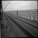 AO-102 De Pleinweg in de richting van het Maastunnelplein. Aan de rechterkant een rijtje woonhuizen en op straat ...