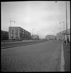 AO-105 De Statenweg ter hoogte van de Bentincklaan, met verschillende huizenblokken.