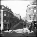 AO-144 Zicht op woningen aan weerskanten van de Van Meekerenstraat, vanaf de Boezemstraat gezien. Op straat rijdt een ...