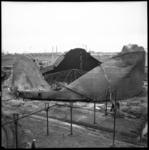 AO-28 De gevolgen van een explosie bij BPM Pernis aan de Vondelingenweg.