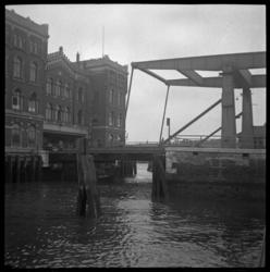 AO-87 Binnenhaven met de Binnenhavenbrug, links het Poortgebouw.