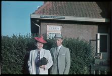 107 Een familiefoto van de familie Boske in buurt van hun woonhuis aan de Burgemeester Le Fèvre de Montignyplein.