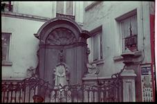 116 Vakantiefoto van de familie Boske. Manneke Pis in Brussel.