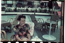 123 Marie-Christine Boske op een terras tijdens de vakantie. Familiefoto's.