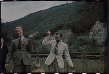 128 Vakantiefoto van de familie Boske en hond Marouchka, in Racour, België. Rechts: Karl Boske, links: Jeanne Boske-Loze.