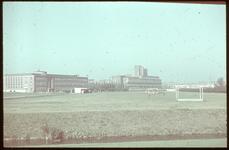 13 Sportvelden op Dijkzigt, gezien vanaf de Melkkoplaan. Op de achtergrond het kantoorgebouw van Unilever (rechts) en ...