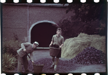 132 Vakantiefoto van de familie Boske in Racour, België. Georges de Grave met een hulp.