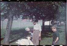 134 Vakantiefoto van de familie Boske in Racour, België. Met Jeanne Boske-Loze en Karl Boske (midden).
